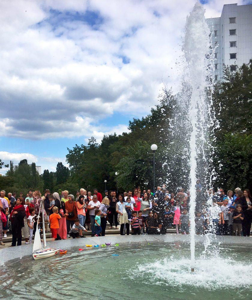Anwohnerinnen und Anwohner bei der Wiedereröffnungsfeier des Brunnes in der Lipschitzallee