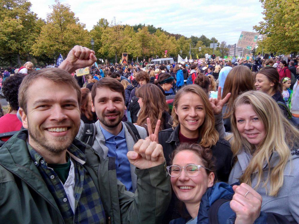 Mitarbeiter von FJP in der Menge des Globalen Klimastreiks