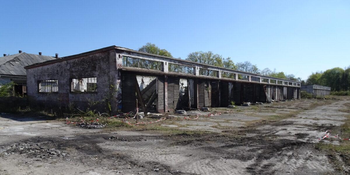 verfallendes Technikgebäude auf dem ehemaligen Kasernegelände