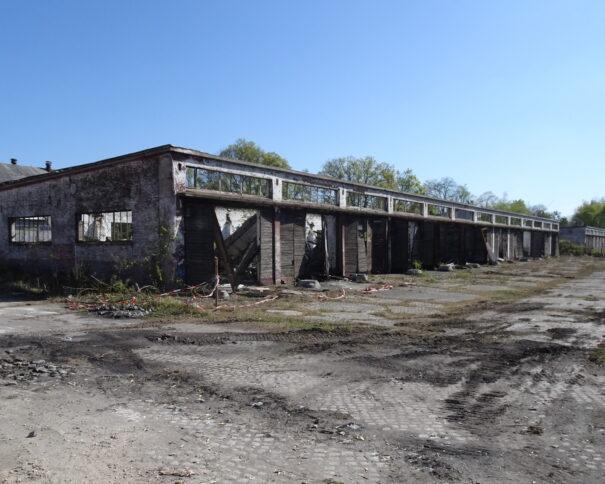 verfallende Technikhalle auf dem ehemaligen Kasernengelände in Krampnitz